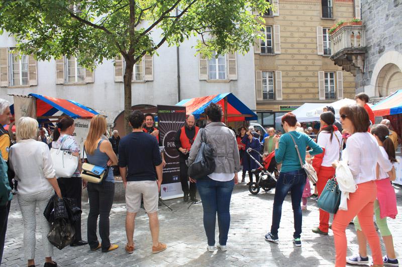 I cantastorie hanno affascinato un vasto pubblico di passanti al mercato di Bellinzona.