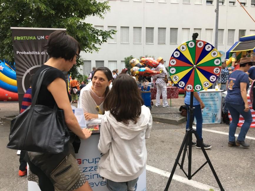 Anna-Maria Sani parla dell'attività del GAT-P con due visitatrici.
