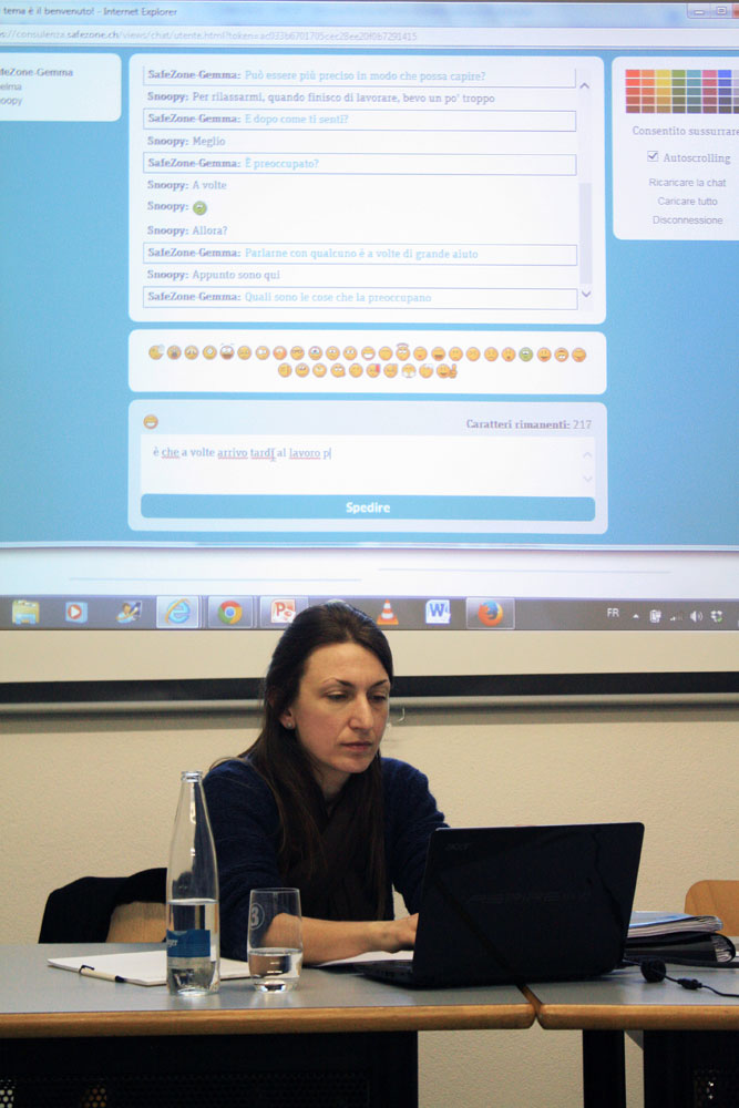 Lucia Galgano, durante la simulazione di una consulenza via chat.